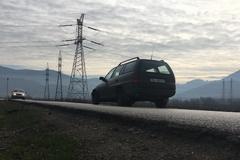 Cesta na Mojš sa rozpadáva vodičom pod kolesami