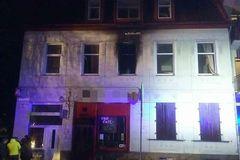 Pri požiari zhorela izba, zranili sa dvaja ľudia