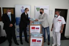 Ochranné pomôcky z Číny skončili aj v žilinskej nemocnici. Mesto dnes odovzdalo vedeniu nemocnice 10-tisíc rúšok