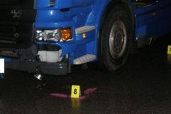 Vyskočil z policajného auta priamo pod kolesá kamiónu
