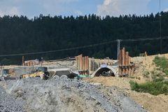 Diaľničiari v Chlmci zrušili frekventovanú cestu. Hrozí kolaps Pod Skalkou?