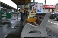 Novinka na autobusovej stanici: nové, odolnejšie lavičky