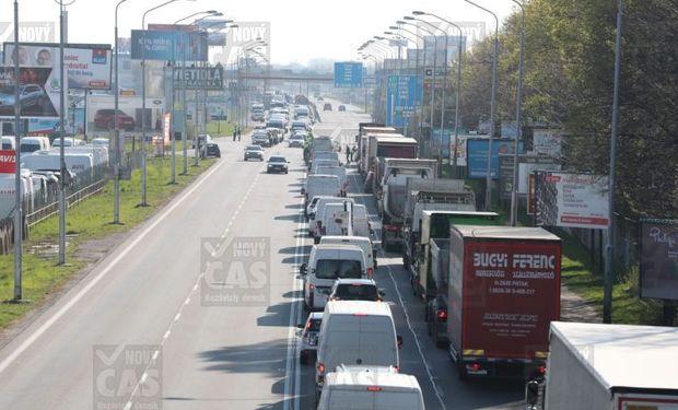 Opatrenia vlády počas sviatkov, cestná doprava kolabuje