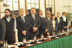 Ustanovujúce zasadnutia volili orgány  a schvaľovali plat