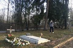 Vnuk pátra po hrobe svojej babky. Opomoc žiada každého, kto vie a môže pomôcť.