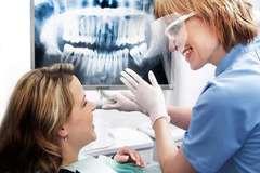 Ulomený či vyrazený zub na úsmeve análade nepridá