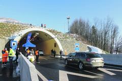 Nebezpečný manéver v diaľničnom tuneli Považský Chlmec: je na vine zradné dopravné značenie?