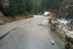 V Tiesňavách vo Vrátnej spadli na cestu skaly, hrozilo vyhlásenie mimoriadnej situácie, FOTO