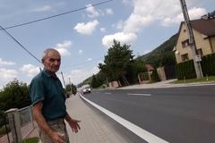 Chlmčania majú problém s cestou aj chodníkom