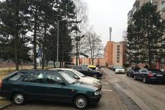Pred bytmi im ustavične parkujú cudzie autá