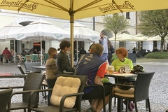 Žobrajúci gang detí cez víkend terorizoval Žilinu: Na terasách vybrali  stovky eur