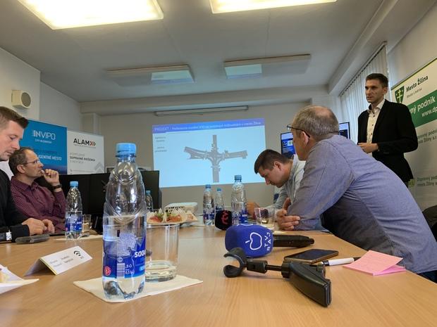 Žilina ako prvá na Slovensku spúšťa projekt uprednostňovania MHD na križovatkách. Projekt mesto spolu s DPMŽ predstavilo v utorok 10. septembra na tlačovej konferencii.