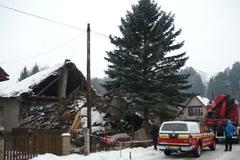 Po výbuchu plynu v Bánovej sa zrútila časť opusteného domu