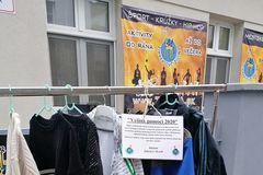Na Pivovarskej ulici je po roku opäť umiestnený Vešiak pomoci