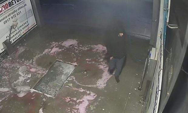 Poznáte tohto muža? Vykradol pokladnice v autoumyvárni, FOTO