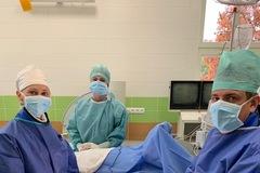Žilinskí lekári po prvýkrát implantovali koreňový kĺb palca