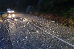 Na ceste do Vrátnej bola vyhlásená mimoriadna situácia, hrozí zrútenie ďalšej skaly