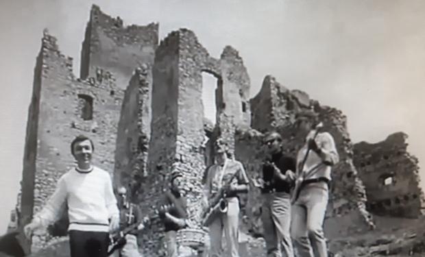 Maestro Gott na hrade Strečno: Viete, ktorý videoklip tu natočil?