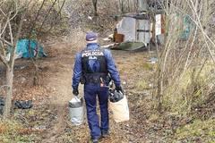 Mestskí policajti zo Žiliny sa podelili o teplé oblečenie s ľuďmi bez domova