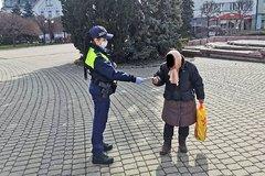 Mestská polícia rozdáva rúška v uliciach Žiliny. Ušlo sa bezdomovcom aj najmenším obyvateľom, FOTO