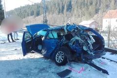 AKTUALIZÁCIA: V aute smrti sedeli dvaja 18-roční chlapci, jeden z nich zrážku s rýchlikom neprežil
