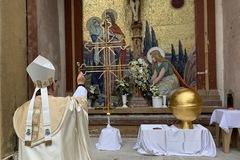 Žilinský biskup požehnal obnovený kríž z katedrály, súčasťou odkazu pre budúce generácie je aj Žilinský večerník, FOTO
