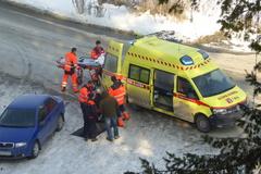 Zachraňovali muža ležiaceho na ceste pred colným úradom
