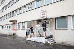 Čakáreň pred pohotovosťou  zívala prázdnotou, pacienti sedeli vonku na múriku