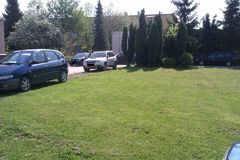 Autá na zelených plochách? Nemajú kde parkovať