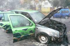 Na Limbovej horelo auto. Ľudia sa boja o bezpečnosť a majetok