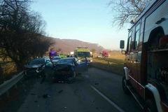 Pri Zbyňove sa stala vážna dopravná nehoda. Štyria ľudia sú zranení