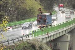Uzatvorený most zatiaľ zápchy nespôsobil