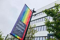 Vlajky na podporu rodovej rovnosti zapálili
