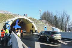 Koľko áut v skutočnosti prejde tunelom Považský Chlmec?