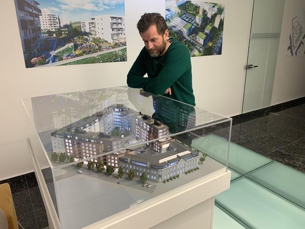 Slavomír Bodis pri modeli rekoštrukcie projektu Elektrárne, v strede je Ciachovňa.